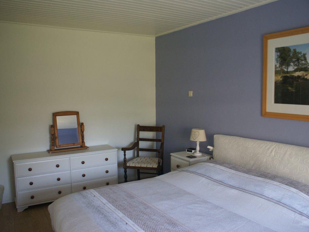 De tweepersoons slaapkamer compleet met boxspring bedden en LCD tv