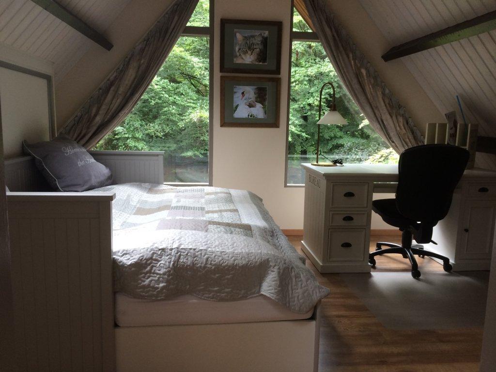 2e Slaapkamer boven, met uitzicht over de grote tuin